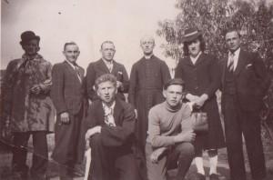 De g à dr L.Pertué, L.Milet, C.Bouvier, L'abbé Leforestier, A. Folliot, A. Claude et à genoux, P.Duchêne et A. Lardeux dans Rouget le Braconnier. (1941)