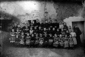 Les enfants entourés des Soeurs de Briouze 1900