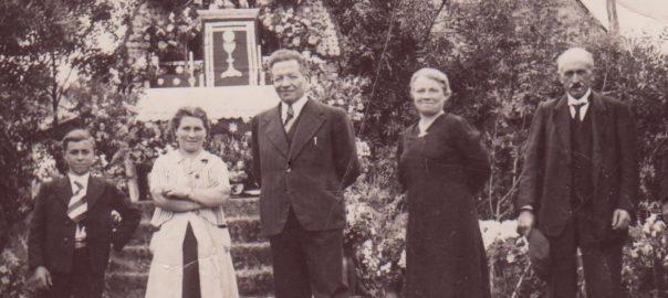 En 1940, le reposoir place de la Brancheraie, au niveau du chemin de la Croix aujourd'hui. (De G à dr). M et mme Constant Avril, M Bluy, Mme M. Louise Edmond et Roger Avril.